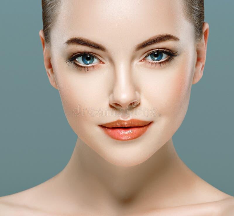 Πορτρέτο προσώπου γυναικών ομορφιάς Όμορφο πρότυπο κορίτσι με το τέλειο φρέσκο καθαρό δέρμα στοκ εικόνα με δικαίωμα ελεύθερης χρήσης