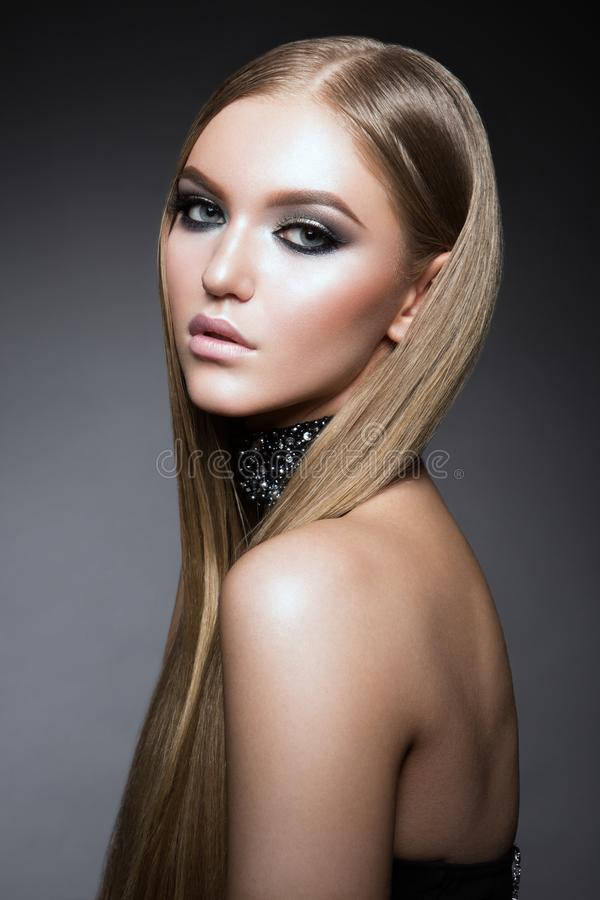 Πορτρέτο προσώπου γυναικών ομορφιάς Όμορφο πρότυπο κορίτσι με το τέλειο φρέσκο καθαρό δέρμα στοκ φωτογραφίες με δικαίωμα ελεύθερης χρήσης