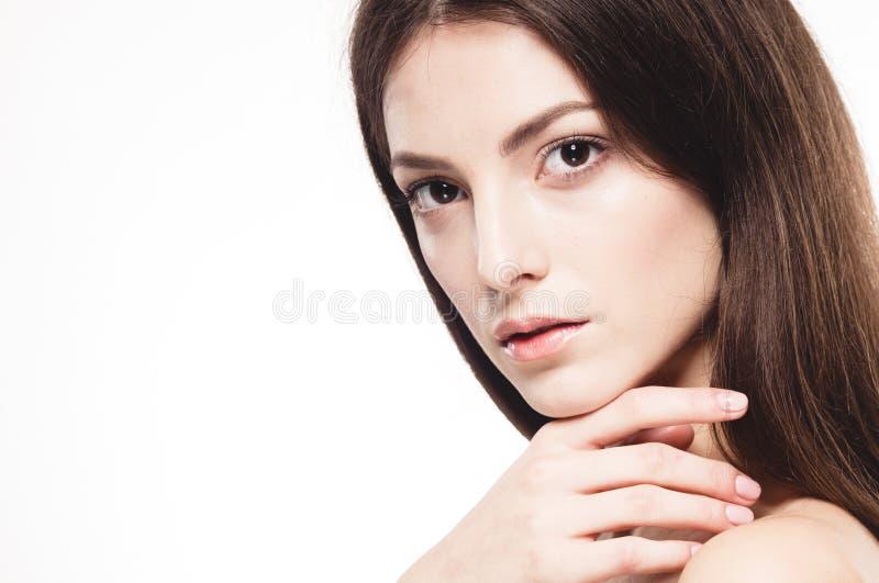 Πορτρέτο προσώπου γυναικών ομορφιάς Beautiful spa πρότυπο κορίτσι με το τέλειο φρέσκο καθαρό δέρμα Απομονωμένη άσπρη ανασκόπηση στοκ φωτογραφία με δικαίωμα ελεύθερης χρήσης