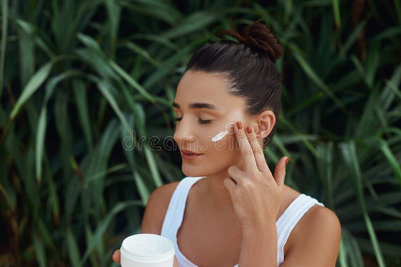 Πορτρέτο προσώπου γυναικών ομορφιάς Beautiful Spa πρότυπο κορίτσι με το τέλειο φρέσκο καθαρό δέρμα Το Holdinging και εφαρμόζει τη στοκ εικόνες με δικαίωμα ελεύθερης χρήσης