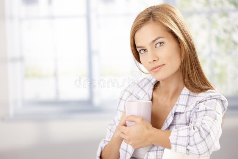 Πορτρέτο πρωινού του ελκυστικού κοριτσιού στην πυτζάμα στοκ εικόνες
