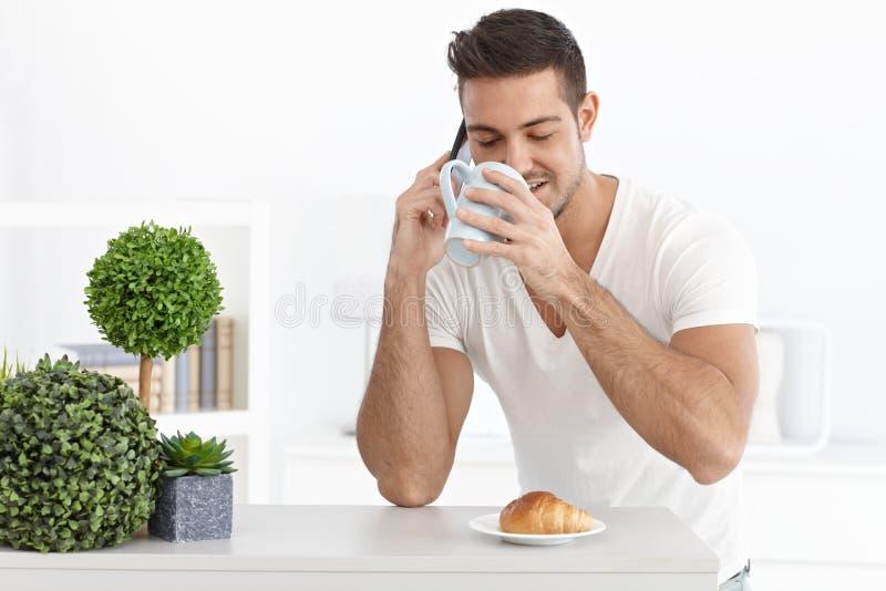 Πορτρέτο πρωινού του νεαρού άνδρα στοκ φωτογραφία