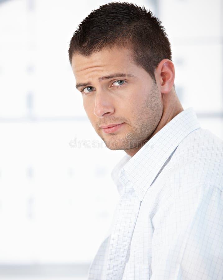 Πορτρέτο πρωινού του όμορφου ατόμου στο πουκάμισο στοκ εικόνα με δικαίωμα ελεύθερης χρήσης