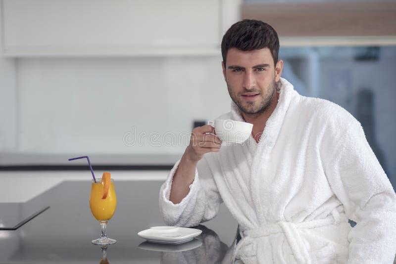Πορτρέτο πρωινού του όμορφου νεαρού άνδρα με το φλιτζάνι του καφέ στοκ εικόνες με δικαίωμα ελεύθερης χρήσης