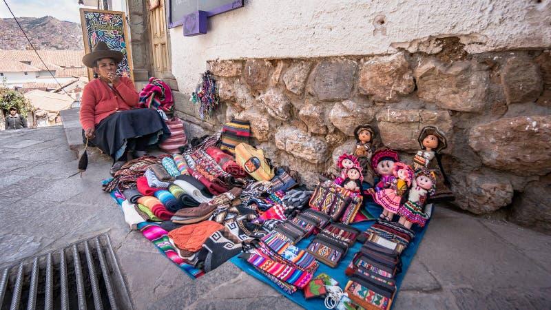 Πορτρέτο πωλώντας handycraft στοιχείων των μη αναγνωρισμένων περουβιανών γυναικών στην αγορά σε Cusco, Περού στοκ εικόνα