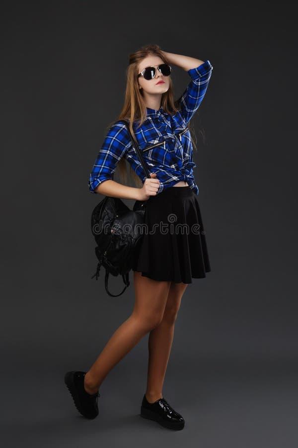 Πορτρέτο πλήρης-lenght-συνόλου ενός κοριτσιού σε ένα πουκάμισο καρό και μια μαύρη φούστα στοκ φωτογραφία με δικαίωμα ελεύθερης χρήσης