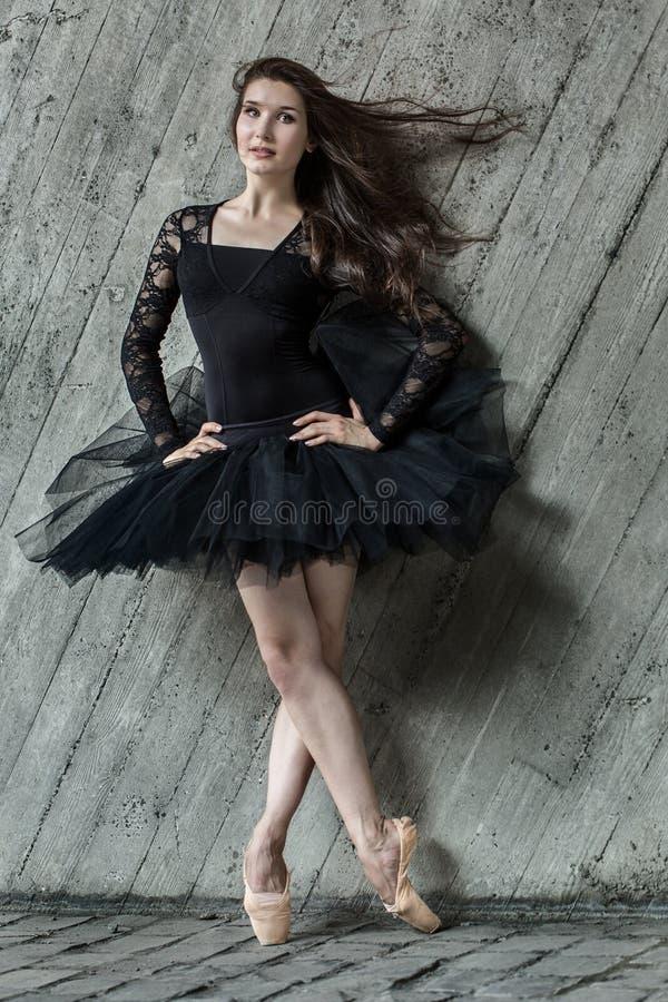 Πορτρέτο πλήρως του όμορφου ballerina brunette στοκ εικόνες