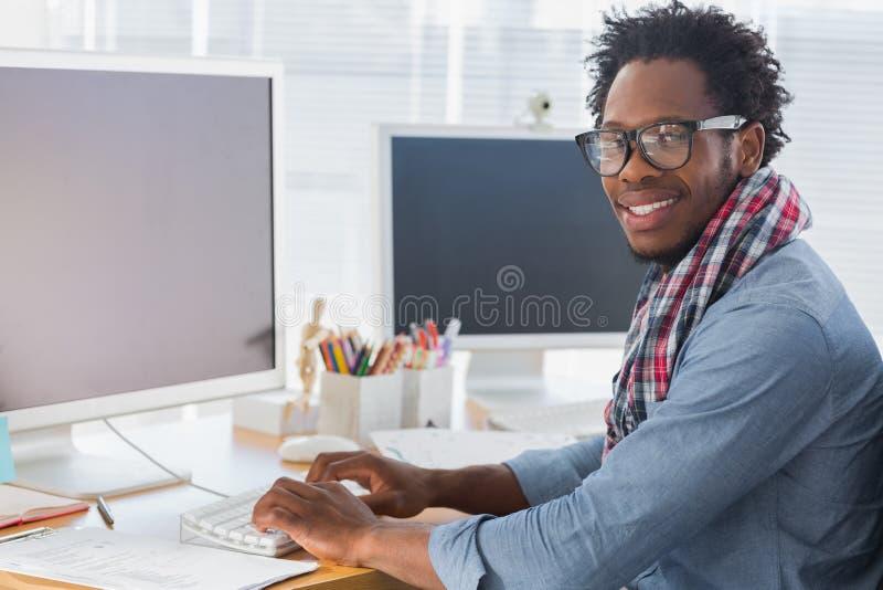 Πορτρέτο σε έναν δημιουργικό επιχειρησιακό εργαζόμενο στον υπολογιστή στοκ εικόνα