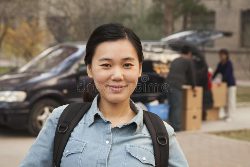 Πορτρέτο σπουδαστών μπροστά από τον κοιτώνα στο κολλέγιο στοκ εικόνες
