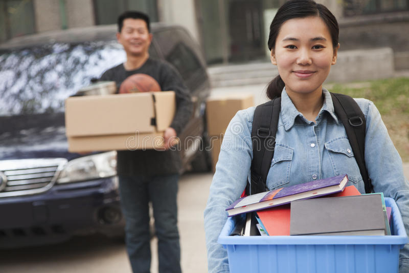 Πορτρέτο σπουδαστών μπροστά από τον κοιτώνα στο κολλέγιο στοκ φωτογραφία με δικαίωμα ελεύθερης χρήσης