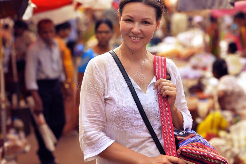 Πορτρέτο στάσης γυναικών χαμόγελου της ελκυστικής νέας στην οδό στοκ φωτογραφίες