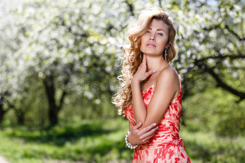 Πορτρέτο στην άνθηση των Apple-δέντρων στοκ φωτογραφία με δικαίωμα ελεύθερης χρήσης