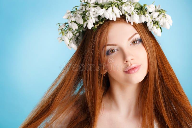 Πορτρέτο στούντιο ενός κοριτσιού στο στεφάνι των λουλουδιών στοκ εικόνες