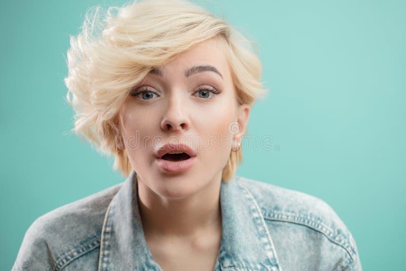 Πορτρέτο στούντιο ενός νέου ελκυστικού ξανθού κοριτσιού που τραγουδά το τραγούδι στοκ φωτογραφία