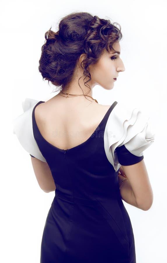 Πορτρέτο στούντιο ενός όμορφου brunette με το hairdo βραδιού και στοκ εικόνες