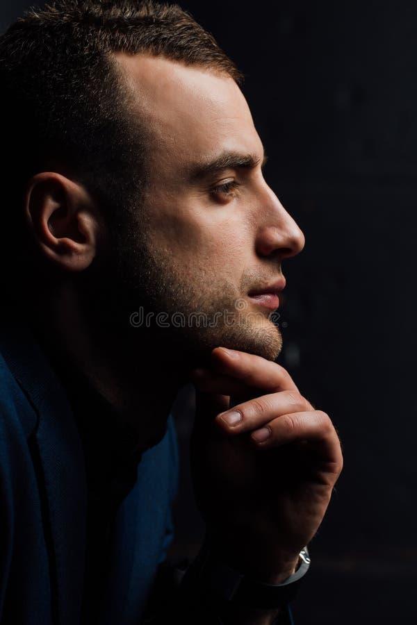 Πορτρέτο στούντιο κινηματογραφήσεων σε πρώτο πλάνο της νέας προκλητικής χέρι-αφής προσώπου ατόμων, που κρατά το πηγούνι, κοίταγμα στοκ φωτογραφίες