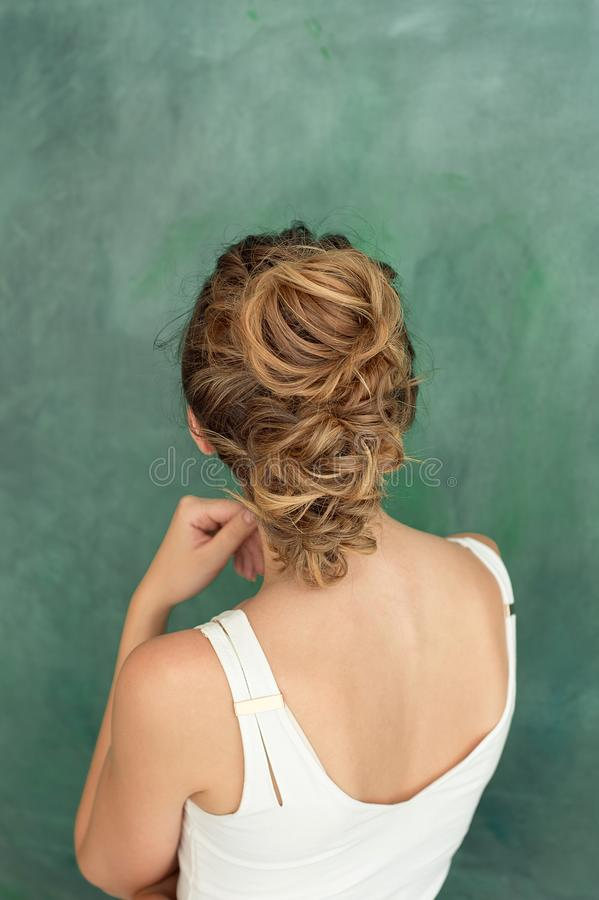Πορτρέτο στούντιο μόδας μιας όμορφης κυρίας brunette με ένα κομψό hairstyle στο ύφος eroquez σε μια άσπρη μπλούζα στοκ φωτογραφίες