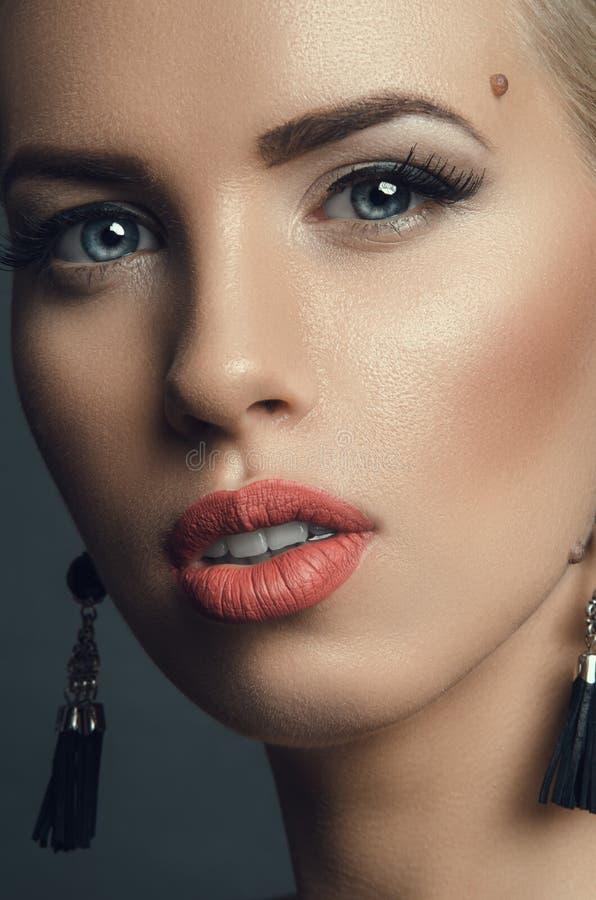 Πορτρέτο στούντιο μόδας της νέας όμορφης γυναίκας στα σκουλαρίκια στοκ εικόνες με δικαίωμα ελεύθερης χρήσης