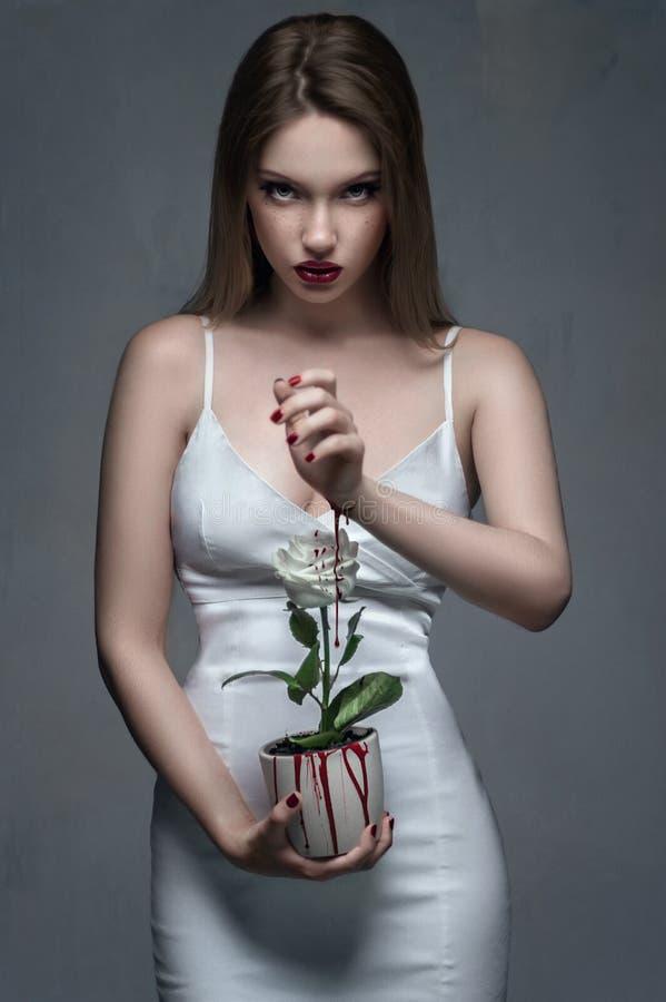 Πορτρέτο στούντιο μόδας του προτύπου με τις κομμένες φλέβες στοκ εικόνες με δικαίωμα ελεύθερης χρήσης