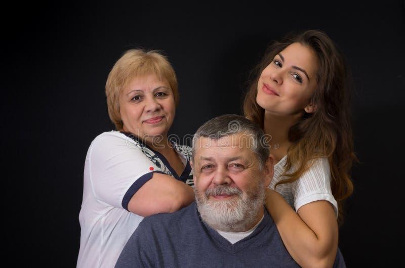 Πορτρέτο στούντιο της ευτυχούς ουκρανικής οικογένειας στοκ φωτογραφία με δικαίωμα ελεύθερης χρήσης