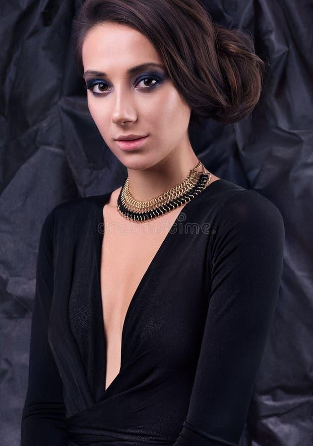 Πορτρέτο στούντιο της νέας όμορφης γυναίκας στο φόρεμα βραδιού Περιδέραιο γύρω από το λαιμό της στοκ φωτογραφία με δικαίωμα ελεύθερης χρήσης