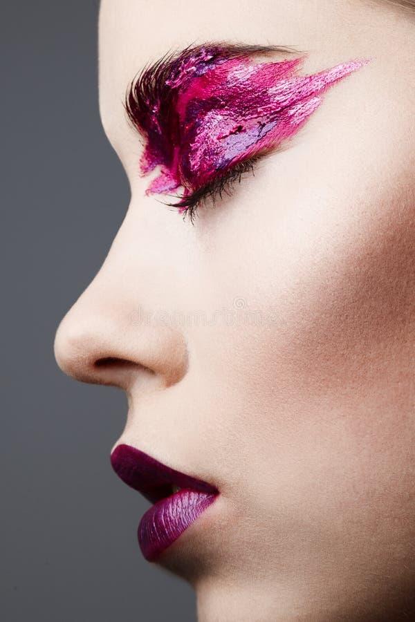 Πορτρέτο στούντιο της όμορφης γυναίκας με τη δημιουργική σύνθεση στοκ φωτογραφίες