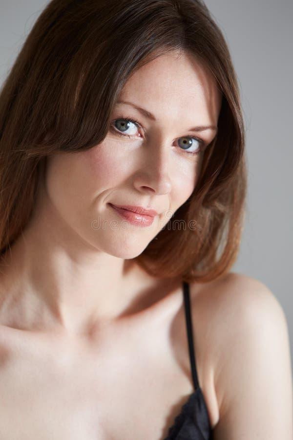 Πορτρέτο στούντιο της όμορφης γυναίκας στο μαύρο κλίμα στοκ εικόνες