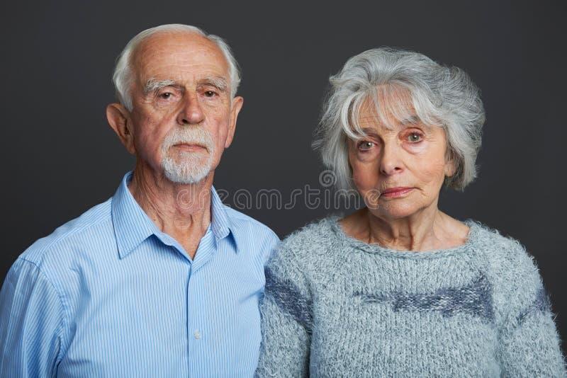 Πορτρέτο στούντιο του σοβαρού ανώτερου ζεύγους στοκ φωτογραφίες