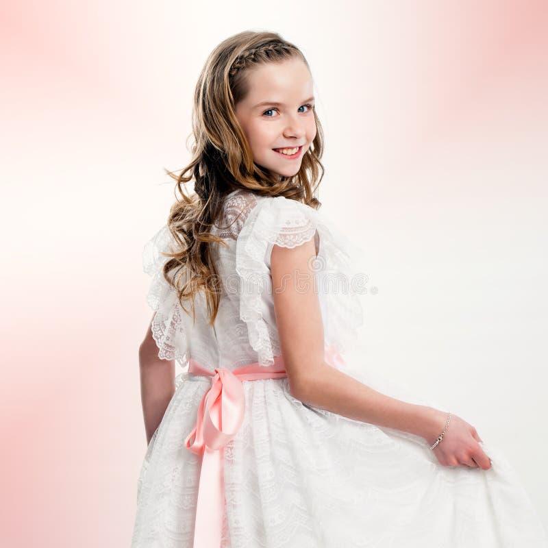 Πορτρέτο στούντιο του χαριτωμένου κοριτσιού στο φόρεμα κοινωνίας στοκ εικόνα με δικαίωμα ελεύθερης χρήσης
