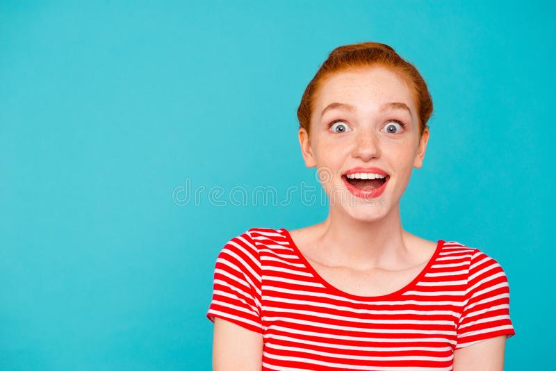 Πορτρέτο συμπαθητικού χαριτωμένου ελκυστικού κοριτσίστικου μοντέρνου καθιερώνοντος τη μόδα που συγκλονίζεται στοκ φωτογραφία με δικαίωμα ελεύθερης χρήσης