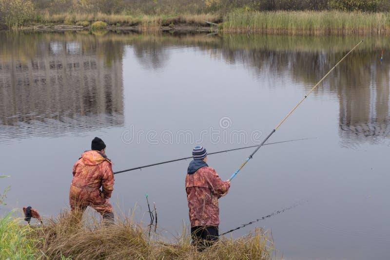 Πορτρέτο σχεδιαγράμματος των ψαράδων που περιμένουν τα ψάρια στοκ εικόνες