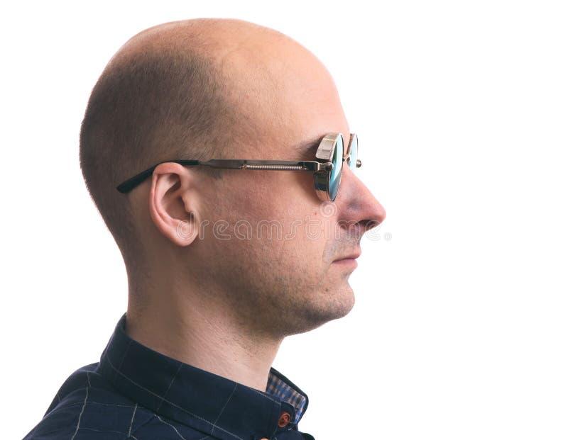 Πορτρέτο σχεδιαγράμματος ενός φαλακρού ατόμου που φορά τα γυαλιά ηλίου στοκ εικόνες