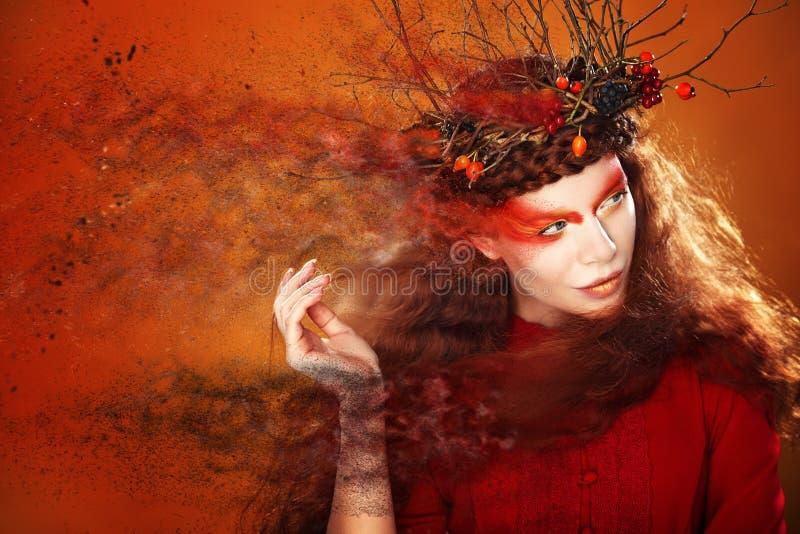 Πορτρέτο τέχνης μόδας γυναικών φθινοπώρου σγουρό τρίχωμα πτώση όμορφο κορίτσι στοκ εικόνα