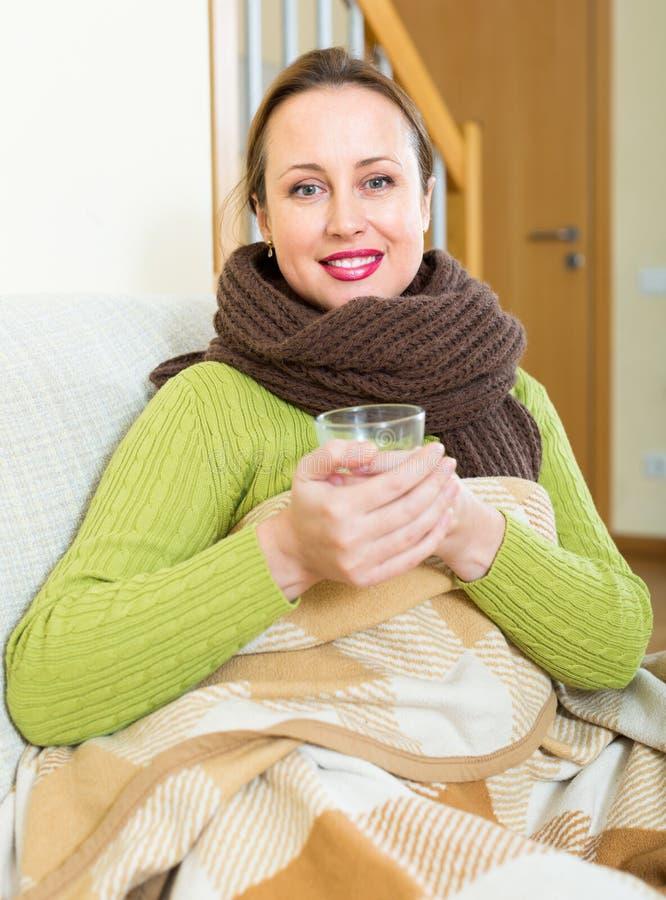 Πορτρέτο της άρρωστης γυναίκας στο σπίτι στοκ εικόνες