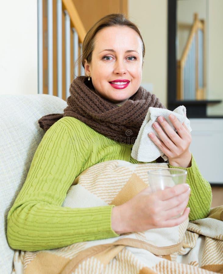 Πορτρέτο της άρρωστης γυναίκας στο σπίτι στοκ εικόνα