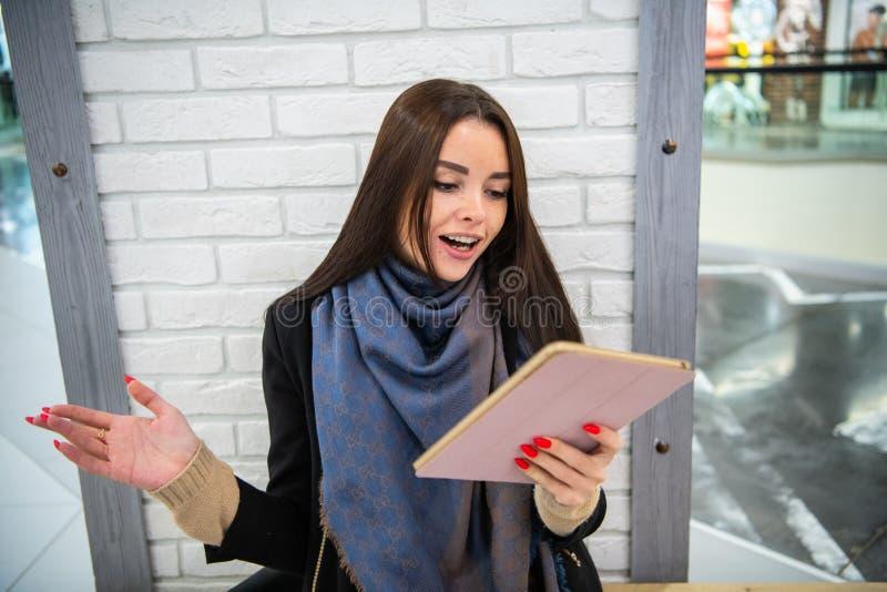 Πορτρέτο της έκπληκτης και εντυπωσιασμένης γυναίκας με τα διευρυμένα μάτια και το ανοιγμένο στόμα, που ζαλίζεται λόγω κάτι βλέπει στοκ εικόνα με δικαίωμα ελεύθερης χρήσης
