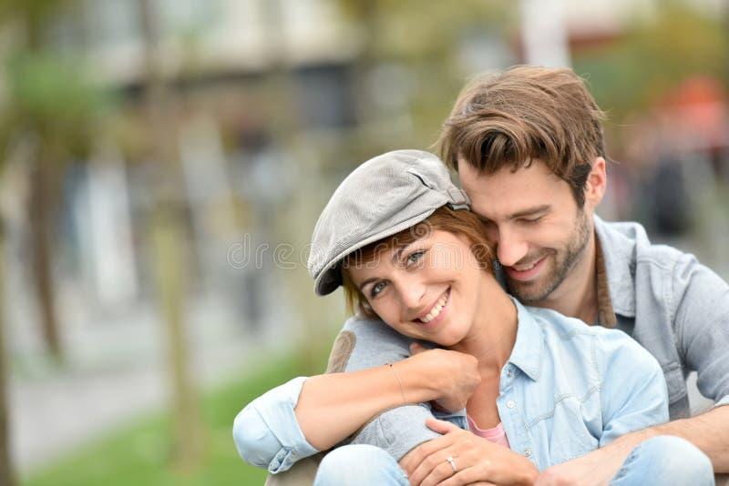 Πορτρέτο της αγάπης του ζεύγους στις οδούς πόλεων στοκ φωτογραφία με δικαίωμα ελεύθερης χρήσης