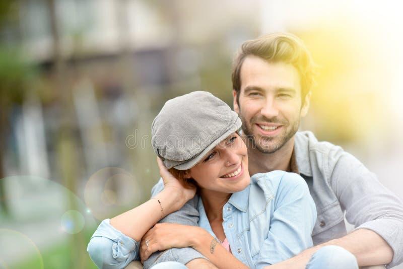 Πορτρέτο της αγάπης του ρομαντικού ζεύγους στην πόλη στοκ φωτογραφία