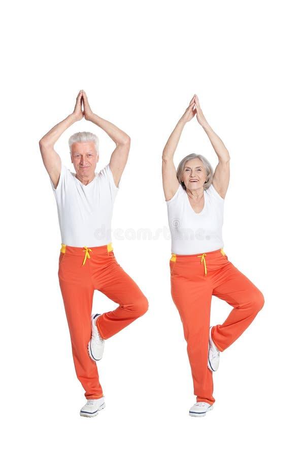 Πορτρέτο της ανώτερης άσκησης ζευγών που απομονώνεται στο άσπρο υπόβαθρο στοκ εικόνες