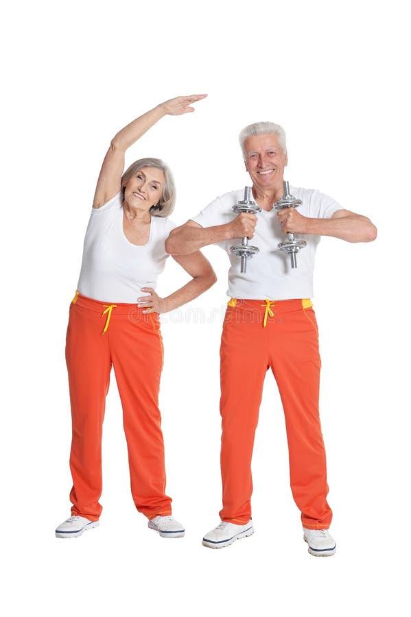 Πορτρέτο της ανώτερης άσκησης ζευγών που απομονώνεται στο άσπρο υπόβαθρο στοκ φωτογραφία με δικαίωμα ελεύθερης χρήσης