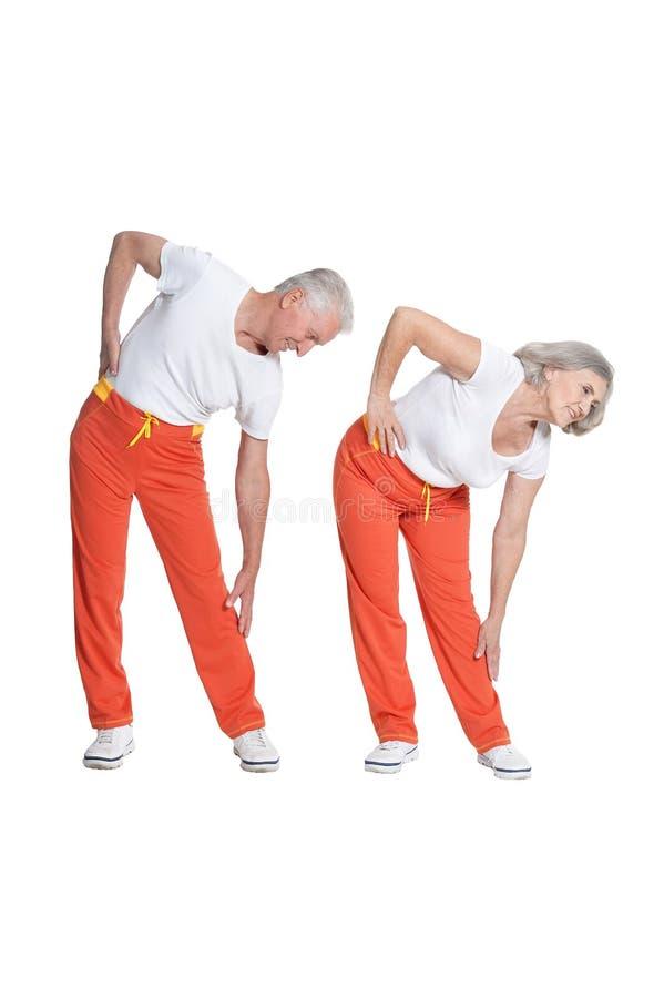 Πορτρέτο της ανώτερης άσκησης ζευγών που απομονώνεται στο άσπρο υπόβαθρο στοκ φωτογραφία