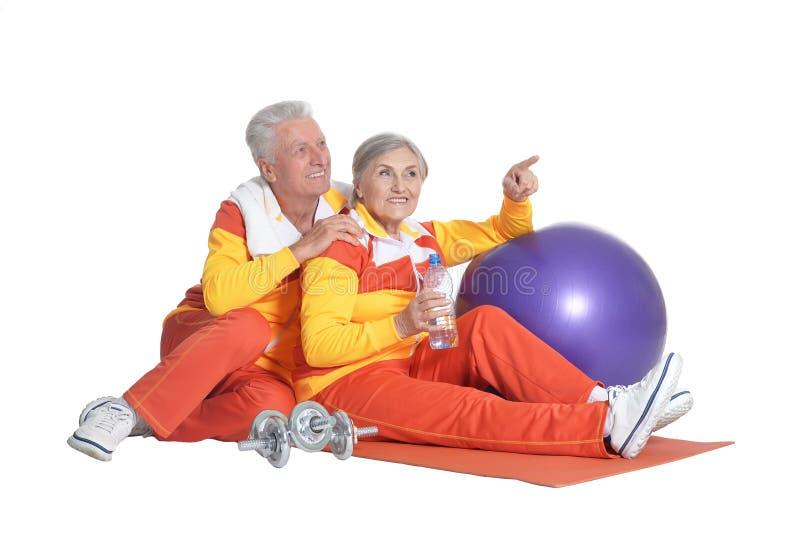Πορτρέτο της ανώτερης άσκησης ζεύγους που απομονώνεται στο άσπρο υπόβαθρο στοκ φωτογραφίες με δικαίωμα ελεύθερης χρήσης