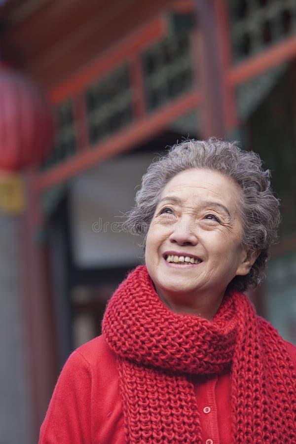 Πορτρέτο της ανώτερης γυναίκας έξω από ένα κτήριο παραδοσιακού κινέζικου στοκ εικόνες