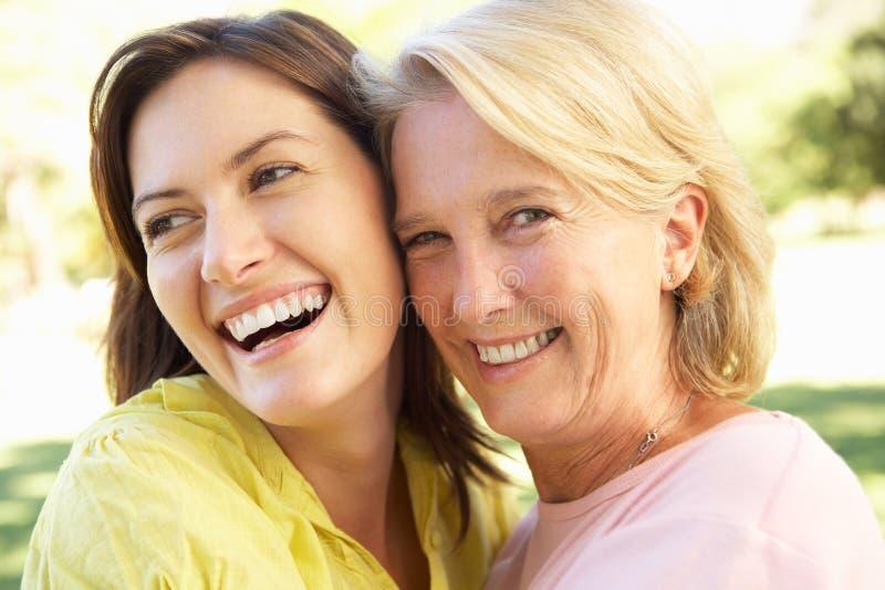 Πορτρέτο της ανώτερης γυναίκας με την ενήλικη κόρη στοκ φωτογραφίες με δικαίωμα ελεύθερης χρήσης