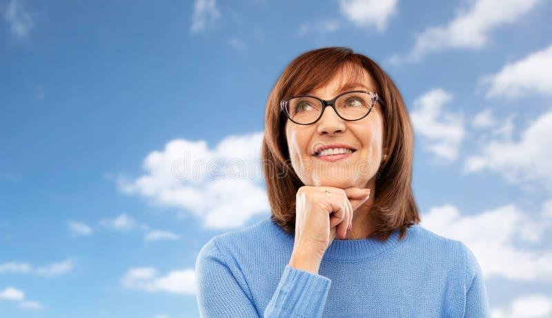 Πορτρέτο της ανώτερης γυναίκας να ονειρευτεί γυαλιών στοκ φωτογραφία με δικαίωμα ελεύθερης χρήσης