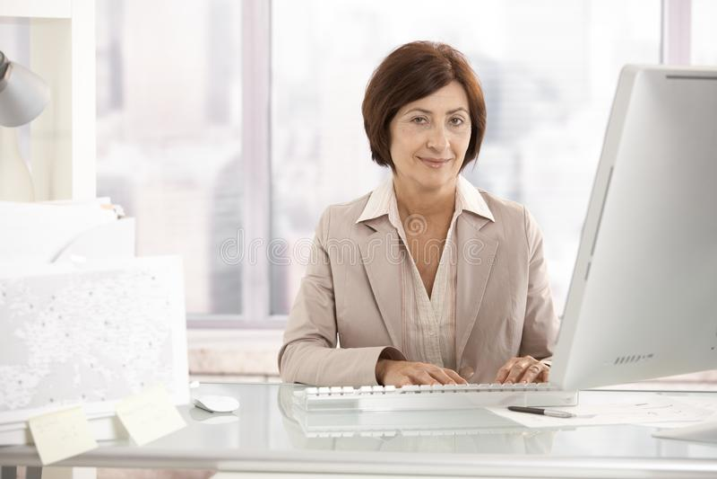 Πορτρέτο της ανώτερης επιχειρηματία στο γραφείο γραφείων στοκ εικόνα με δικαίωμα ελεύθερης χρήσης