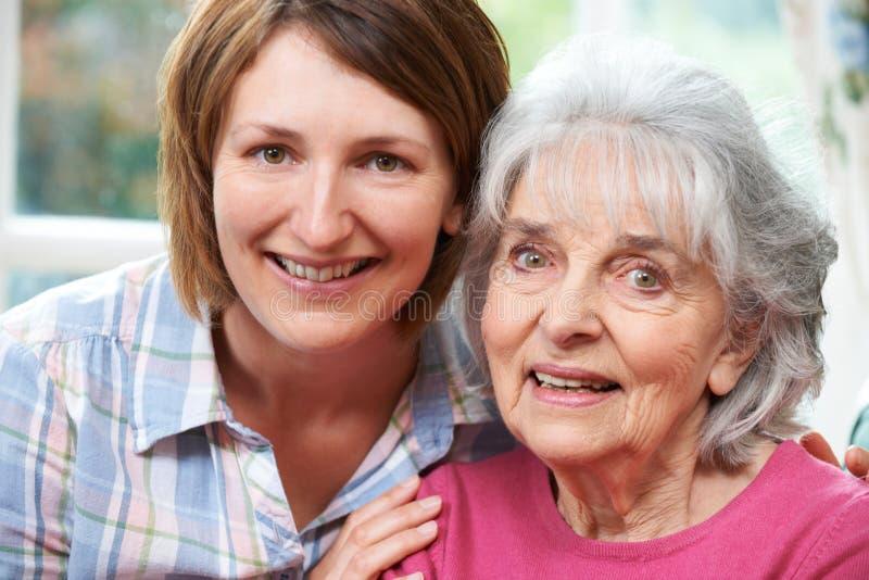 Πορτρέτο της ανώτερης μητέρας και της ενήλικης κόρης στοκ εικόνα