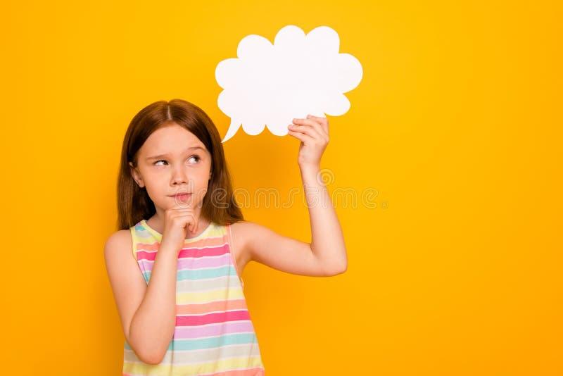 Πορτρέτο της απασχολημένης φυσαλίδας καρτών εγγράφου εκμετάλλευσης παιδιών σχετικά με τον προγραμματισμό πηγουνιών που απομονώνετ στοκ φωτογραφία