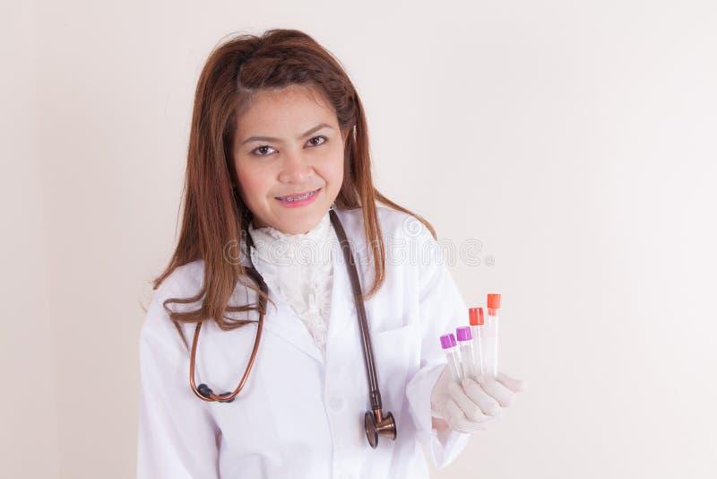 Πορτρέτο της αρκετά θηλυκής ανάλυσης του εργαστηριακού βοηθητικής /doctor στοκ εικόνα