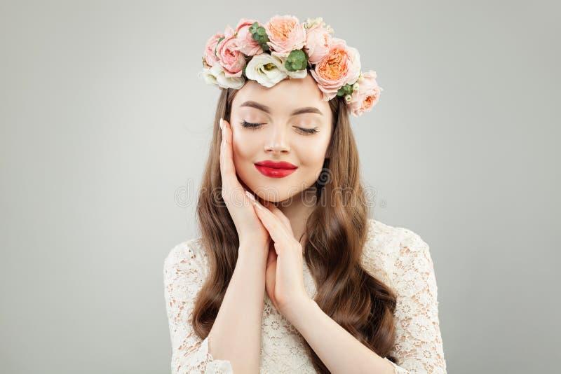 Πορτρέτο της αρκετά νέας γυναίκας με το υγιές δέρμα, την τρίχα και τα κόκκινα χείλια makeup στοκ εικόνα